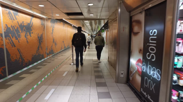passengers with protective masks in the corridors of the gare de lyon metro station with open shops on may 11 2020 in paris france france has started... - punto di vista di un passante video stock e b–roll