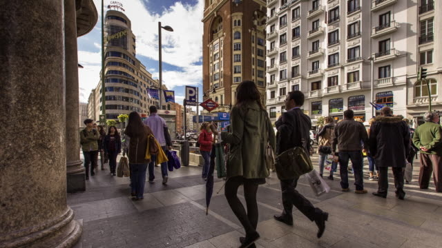 vídeos de stock e filmes b-roll de passersby on gran via - motion timelapse - rua