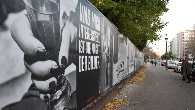 "vidéos et rushes de passers-by talk about the photographs of the outdoor exhibition ""helmut newton one hundred"" outside kraftwerk mitte on november 4, 2020 in berlin,... - exposition et salon professionnel"