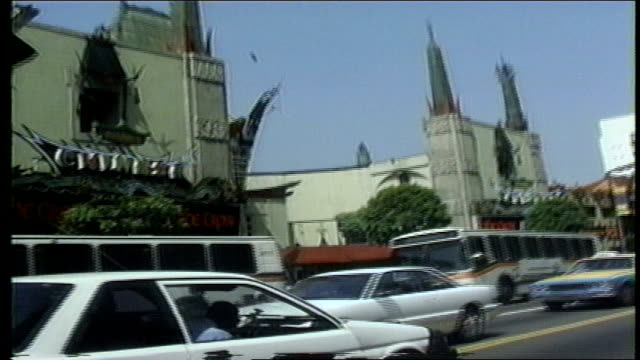 vidéos et rushes de passing by tcl chinese theatre on hollywood boulevard - hollywood boulevard