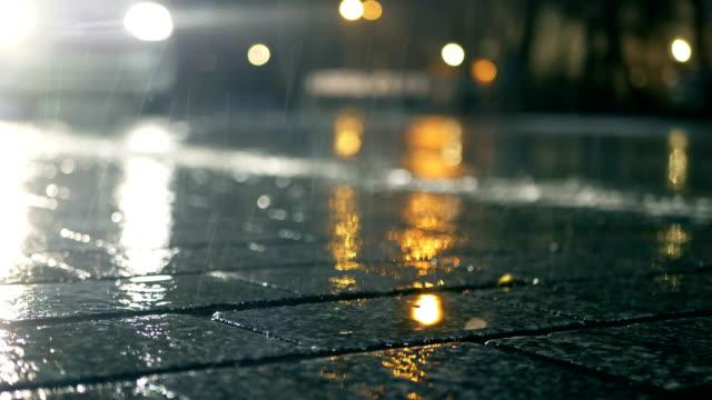 vídeos de stock, filmes e b-roll de passando carros, poça de água, rua, noite - chuva congelada