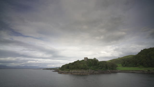 passing dunollie castle, oban, scotland, from a passenger ferry - roy castle点の映像素材/bロール