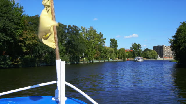 passing excursion boat on the spree with a flag in the frame. - スプリー川点の映像素材/bロール