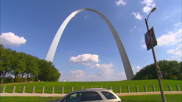 side pov, passing gateway arch, st. louis, missouri, usa - national landmark stock videos & royalty-free footage
