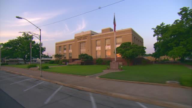 side pov passing gillespie county court house, fredericksburg, texas, usa - 歩道点の映像素材/bロール