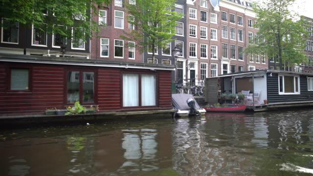 vídeos de stock e filmes b-roll de passing houseboats - barco casa
