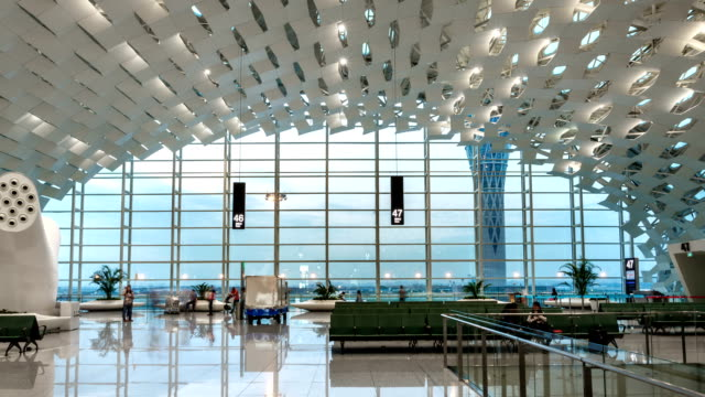 T/L MS ZO Passing passengers at the airport / Shenzhen, China