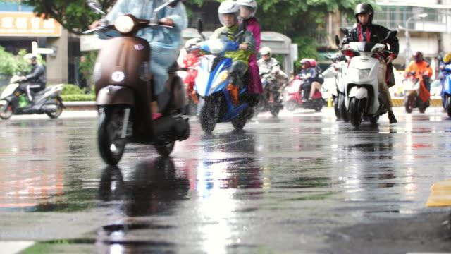vidéos et rushes de scooters de passage dans le ralenti de pluie - taipei
