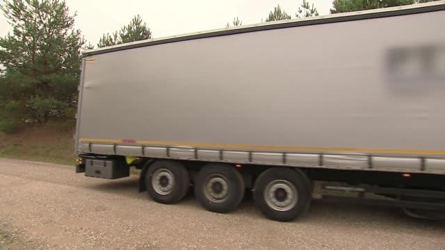 vídeos de stock e filmes b-roll de passing truck - veículo terrestre comercial
