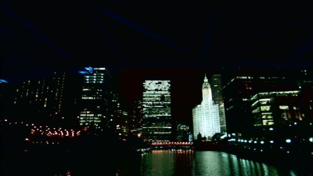 vídeos y material grabado en eventos de stock de passing under bridge at night in chicago - edificio wrigley