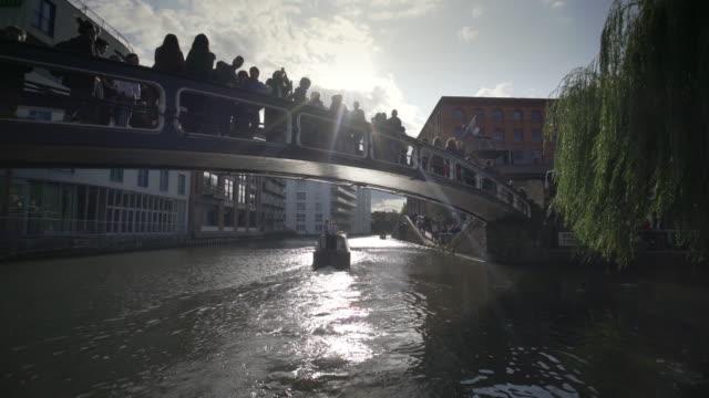 vídeos y material grabado en eventos de stock de pasando bajo el famoso puente arqueado en camden lock - barcaza embarcación industrial