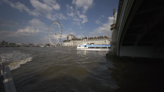 passing under westminster bridge - fluss themse stock-videos und b-roll-filmmaterial