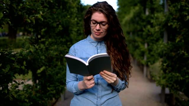 vídeos de stock, filmes e b-roll de paixão pela leitura - lendo