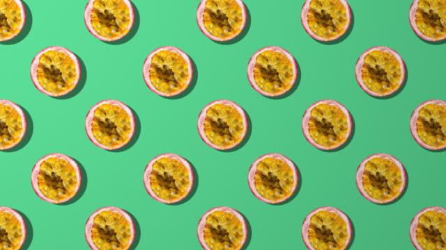 passionsfrukt skiva spinning mönster på grön bakgrund - passionsfrukt bildbanksvideor och videomaterial från bakom kulisserna