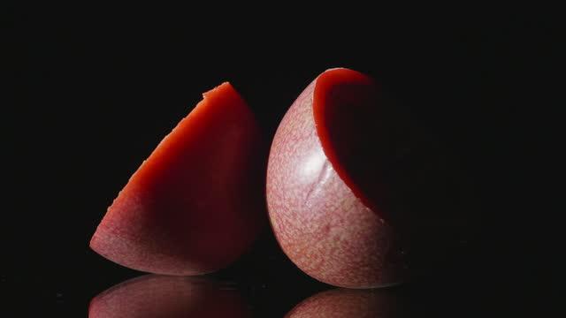 passionsfrukt som slår på svart, reflekterande yta - passionsfrukt bildbanksvideor och videomaterial från bakom kulisserna