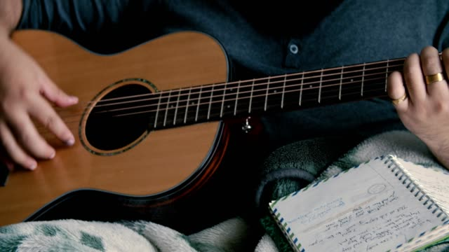passion: gitarrist allvarliga hobbyer - låtskrivare bildbanksvideor och videomaterial från bakom kulisserna
