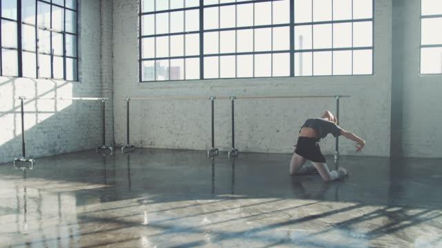 vídeos de stock e filmes b-roll de passionate ballet dancer practicing in studio - bailarina de ballet