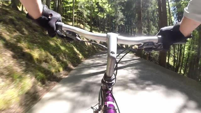 pov vorbei-lenker, fahrrad pilotierung bergstraße - hochgefühl stock-videos und b-roll-filmmaterial