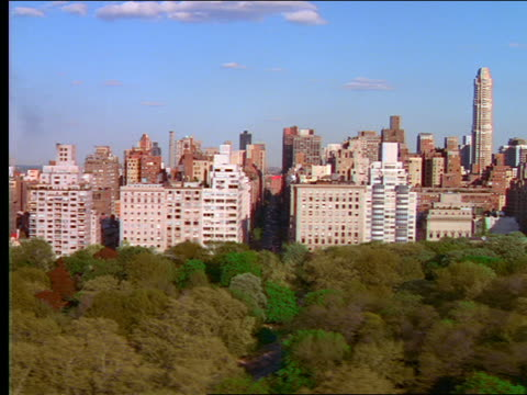 vídeos de stock, filmes e b-roll de aerial past buildings along central park / nyc - 2001