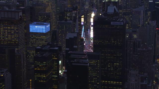 past midtown manhattan skyscrapers at dusk to reveal times square. shot in november 2011. - artbeats bildbanksvideor och videomaterial från bakom kulisserna