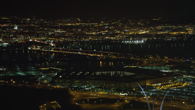 stockvideo's en b-roll-footage met past the pentagon at night with traffic on george mason memorial bridge in center frame and washington dc in background; us air force memorial sculpture in right foreground. shot in 2011. - ministerie van defensie