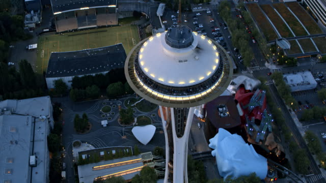 vídeos de stock e filmes b-roll de aerial past the space needle toward the business district in seattle, wa at dusk - space needle