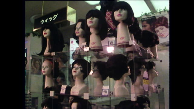 vídeos y material grabado en eventos de stock de pov past wigs for sale in japanese shopping mall; 1975 - figura femenina