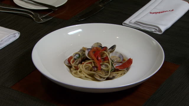 linguine alle vongole. view of a plate of seafood linguine pasta and clams in a tomato sauce. - boiling stock videos & royalty-free footage