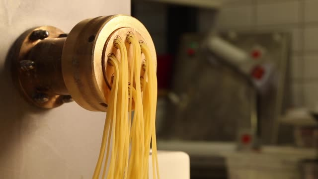 stockvideo's en b-roll-footage met pasta productie - geel