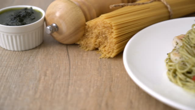 pasta spaghetti met pesto groene en garnalen
