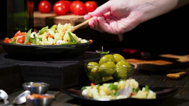 緑色の豆のパスタ - シェーブルチーズ点の映像素材/bロール