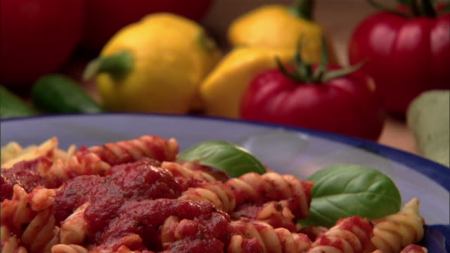 focusing, ecu, zo, pasta with tomato sauce and vegetables in background  - tomatensoße stock-videos und b-roll-filmmaterial