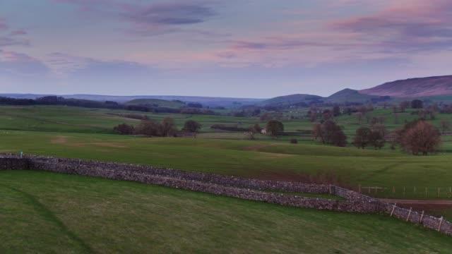 pastell farbigen sonnenuntergang über yorkshire dales - drohne schuss - england stock-videos und b-roll-filmmaterial