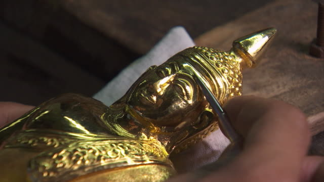 vidéos et rushes de pasting the gold leaf with tweezers - pince chirurgicale