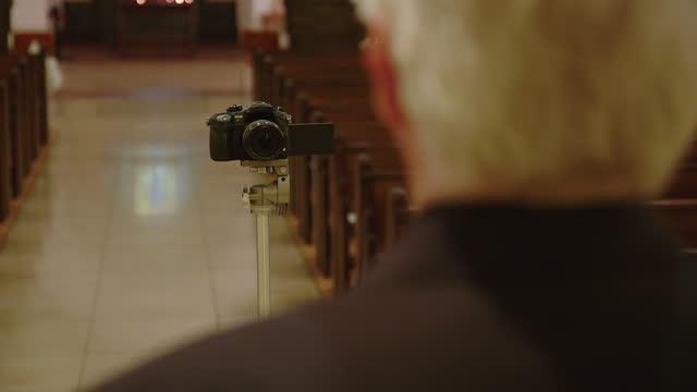 pastor predigt online-predigt während covid-19 - kirche stock-videos und b-roll-filmmaterial