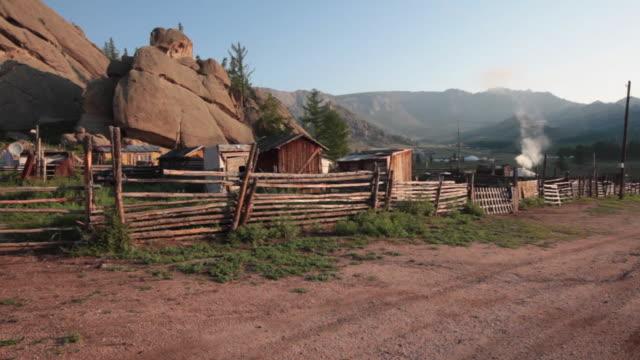 vídeos de stock e filmes b-roll de pastoral landscape and yurts at gorkhi-terelj national park mongolia - ulan bator