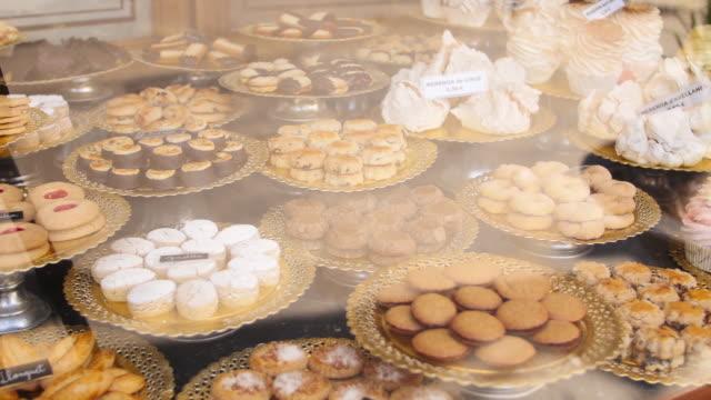 vídeos de stock e filmes b-roll de pastries & baked goods on display in patisserie bakery, barcelona spain. - cultura espanhola