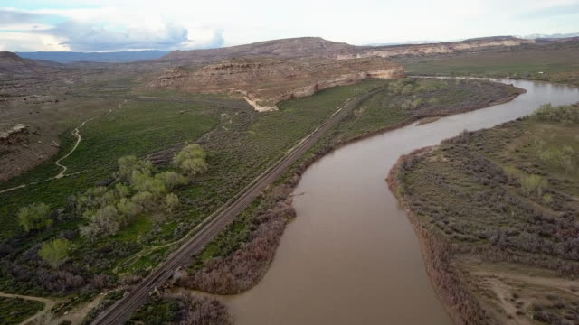 pastures, bodies of water, cliffs and desert along the colorado river in eastern utah - fiume colorado video stock e b–roll