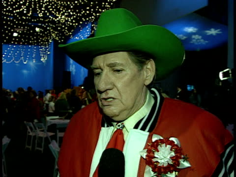 pat buttram talks about his memories of the parade and participating in it - sfilata di natale di hollywood video stock e b–roll