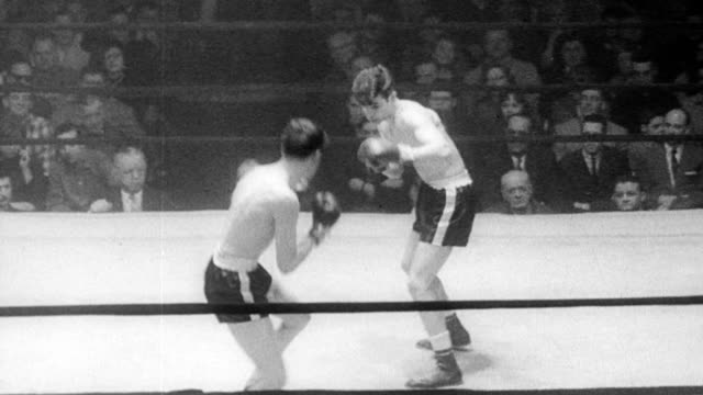 vídeos de stock, filmes e b-roll de pat dooley and raymond tyma in boxing ring / both men swing at each other but miss the majority of the time / fight stopped and dooley declared the... - luva roupa de proteção