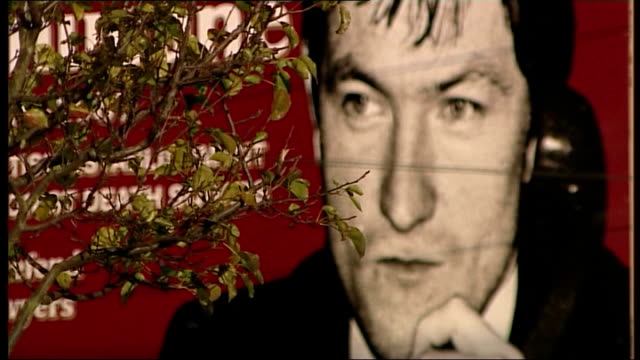 vídeos de stock, filmes e b-roll de interview with widow northern ireland belfast falls road ext image of pat finucane on wall image on side of house as traffic along - widow
