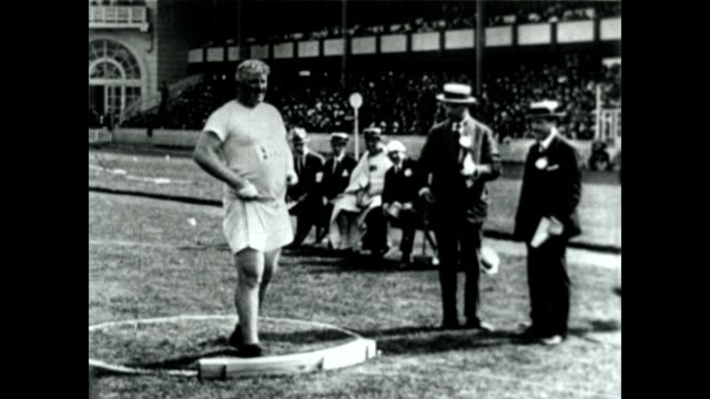 pat mcdonald competing in shot put at the 1920 summer olympics men's 56 pound weight throw it is a discontinued event - 一等賞点の映像素材/bロール