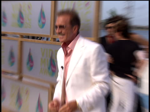 vídeos de stock, filmes e b-roll de pat o'brien arrives to the 2005 mtv video music awards preshow no audio - 2005