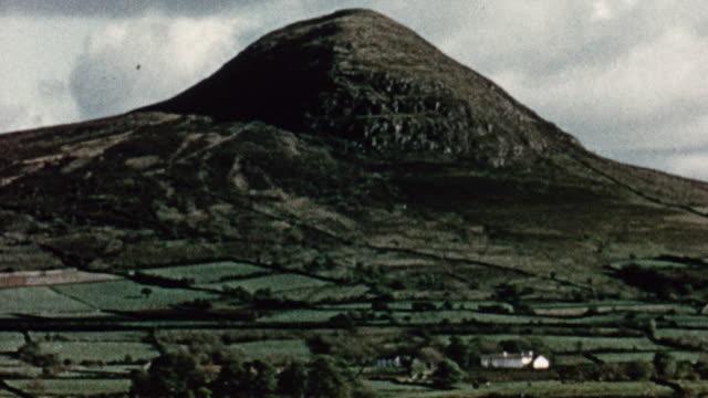 vídeos y material grabado en eventos de stock de 1956 montage patchwork farmland of small fields and stone walls, with mountains behind / northern ireland, united kingdom - irlanda del norte