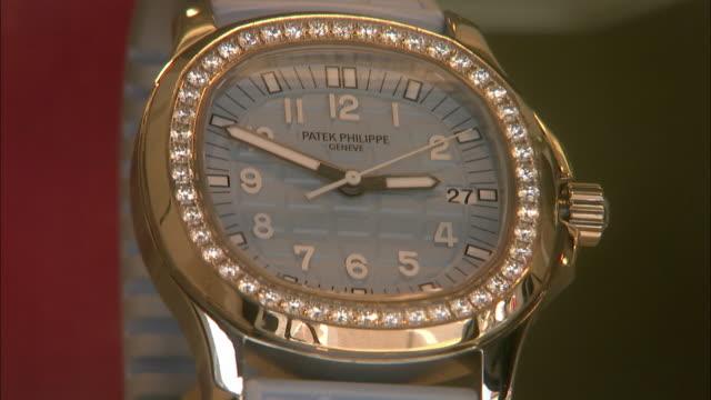 vídeos y material grabado en eventos de stock de cu patek philippe watch with diamonds in shop window / palm beach florida usa - expositor comercial