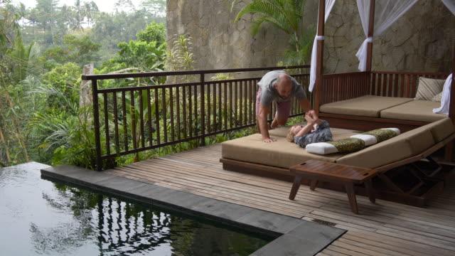 vaterschaftsurlaub am infinity-pool - tropical climate stock-videos und b-roll-filmmaterial