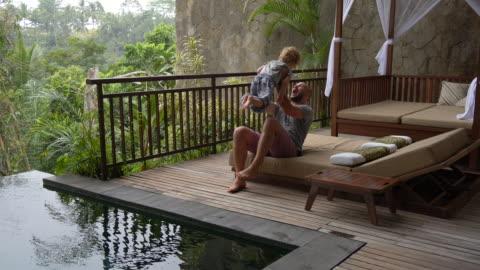 stockvideo's en b-roll-footage met vaderschapsverlof bij infinity pool - bali