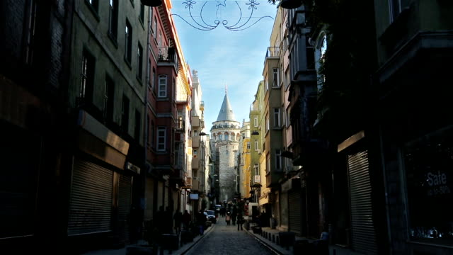 stockvideo's en b-roll-footage met pad naar galata tower - istanboel