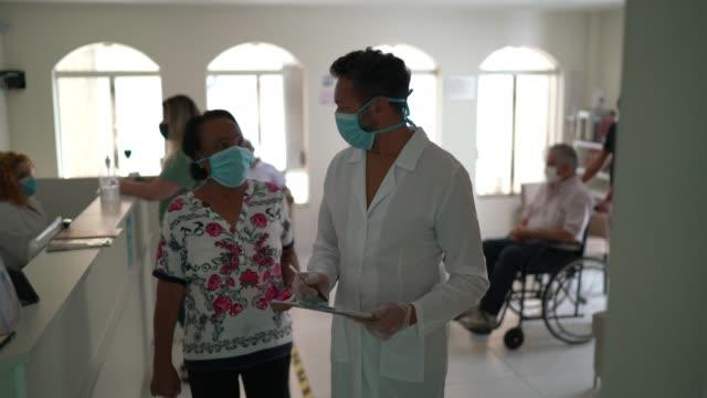vidéos et rushes de patient arrivant à la clinique médicale et étant appelé par le docteur - salle d'attente