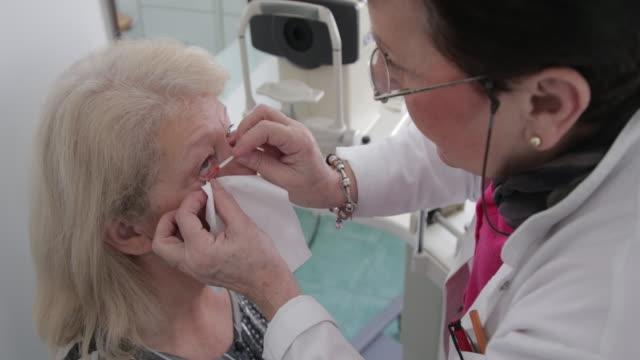 stockvideo's en b-roll-footage met patiënt op oogarts - opticien